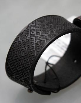 Latvju zīmju aproce - melna, platā