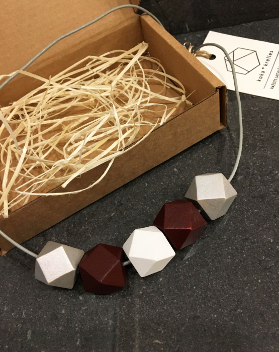 Ģeometriskā kaklarota - latviskos toņos